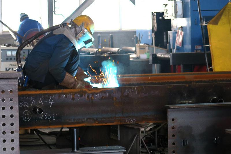 工場内で作業中の様子