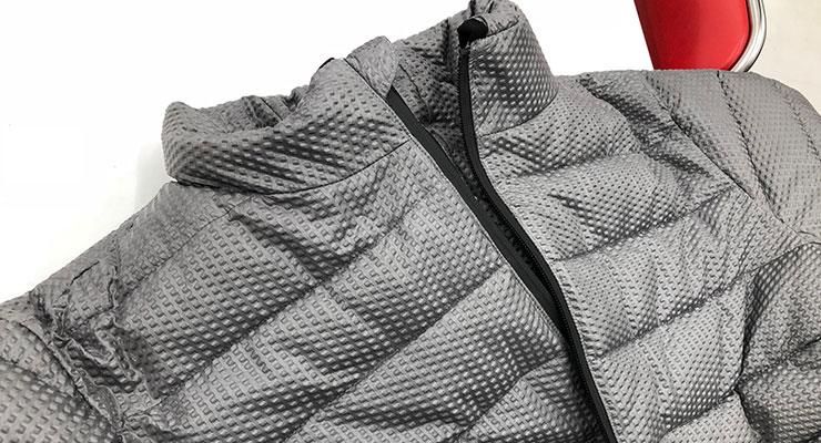 フードを収納してジャケットとして着用することも可能