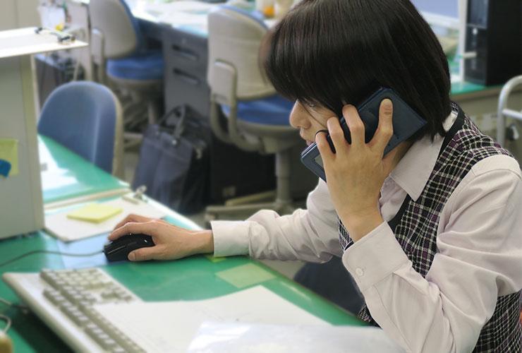 電話応対をする事務員の方