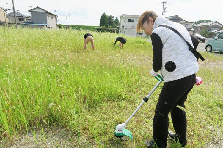 空調服を着て草刈りする様子