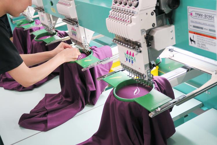 ポロシャツ 刺繍加工の様子
