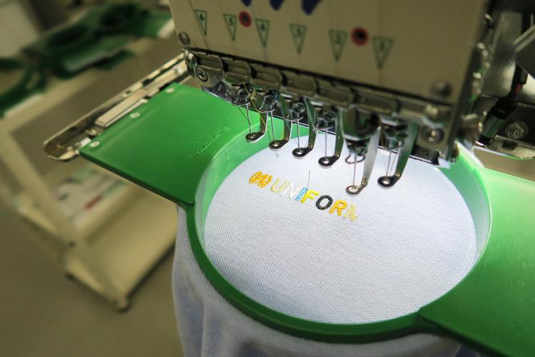 ポロシャツ 刺繍の書体