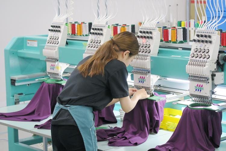 刺繍加工の様子 刺繍専門のスタッフ