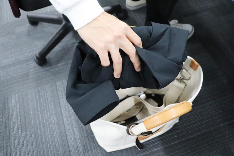 かばんに丸めて入れられるスーツ型作業服ステルスジャケット