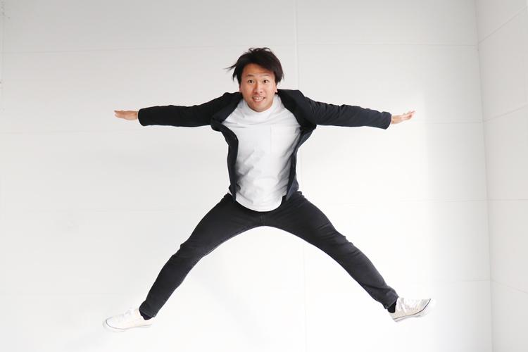 スーツ型作業服ステルスジャケットを着てジャンプする野坂