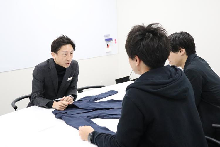スーツ型作業服ステルスジャケットについて話する3人