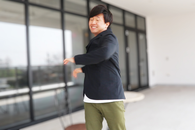 スーツ型作業服ステルスジャケットを着て運動する野坂