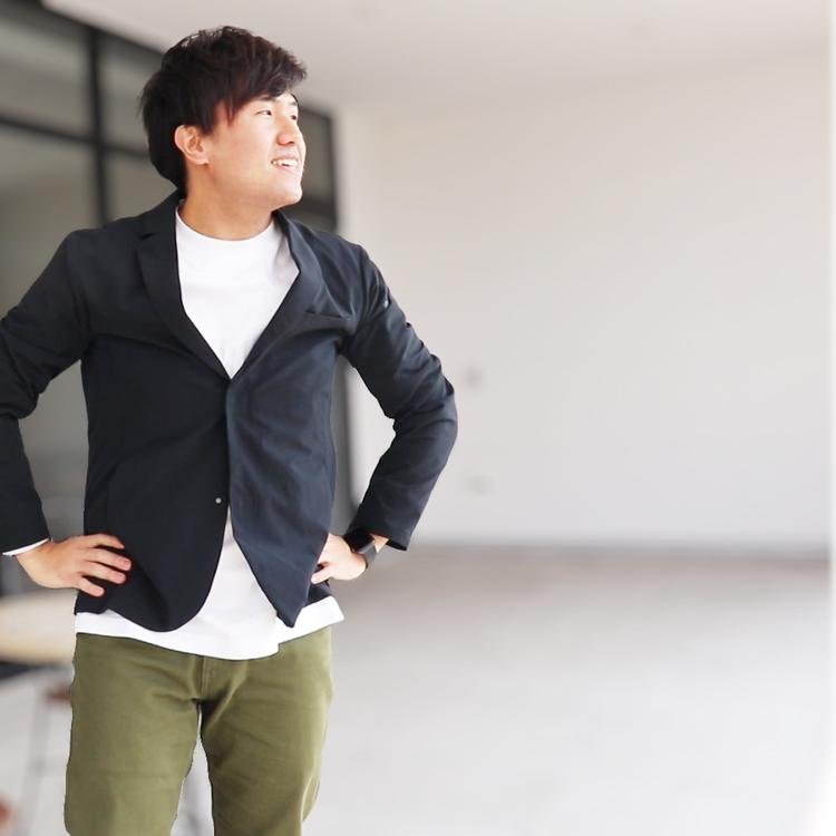 スーツ型作業服ステルスジャケットを着て決めポーズの野坂