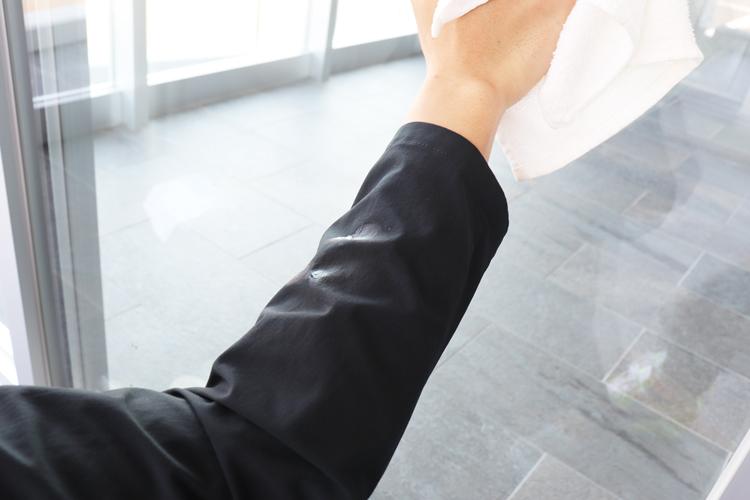 袖に水滴が付いたスーツ型作業服ステルスジャケット