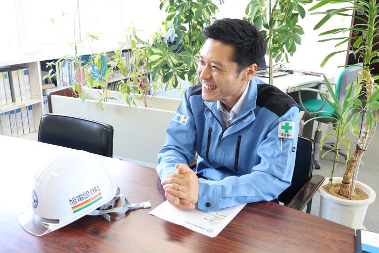 工事用ヘルメットにカラーでロゴマークを印刷したお客様のインタビューの様子