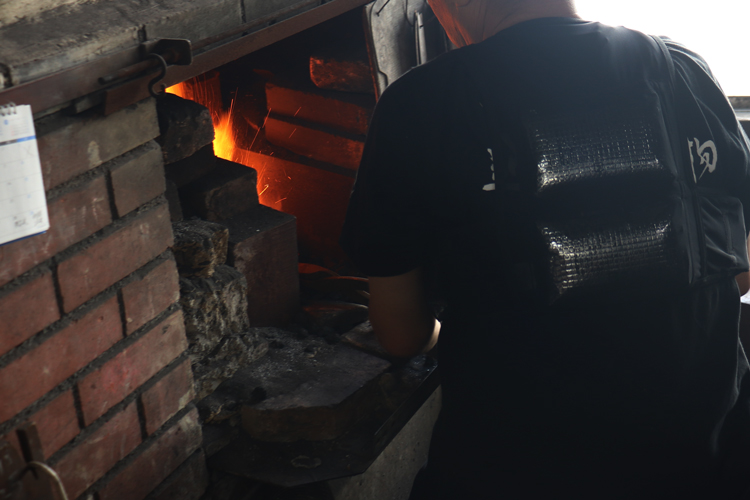 アイスベストを着用する越前打刃物職人
