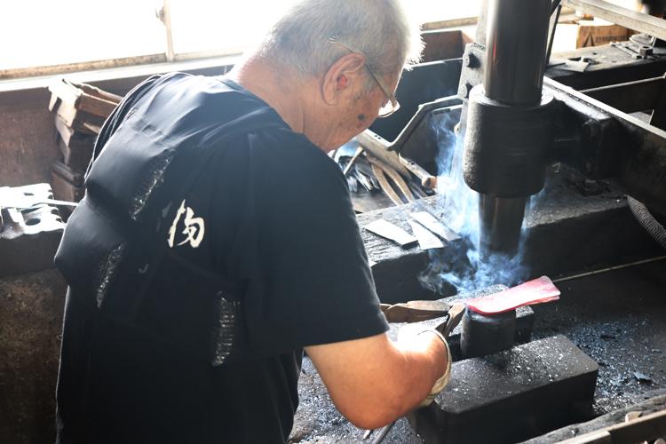 アイスベストを着用する越前打刃物職人 メイン画像