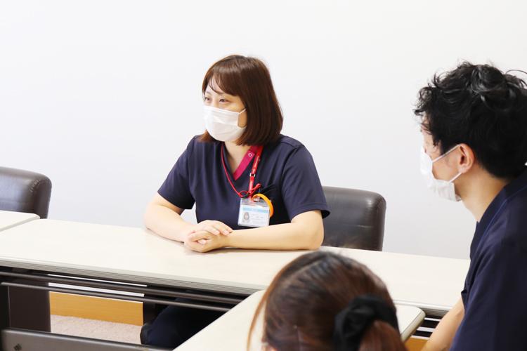 介護施設のユニフォームをスクラブで統一したお客様の事例 インタビューの様子