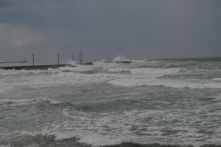 荒れる冬の日本海