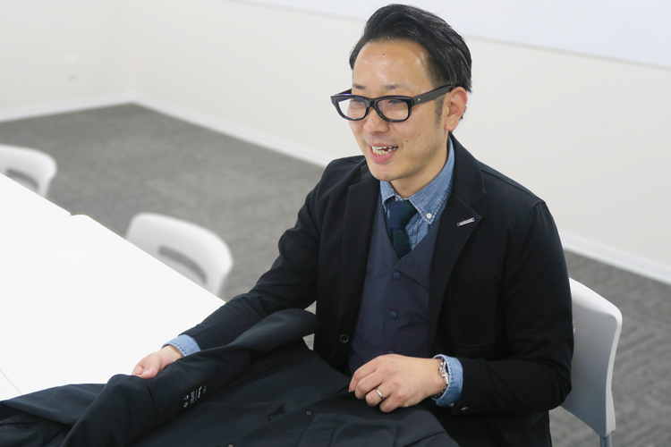 TS-DESIGN ステルスジャケット スーツ型作業服 開発者にインタビューする様子